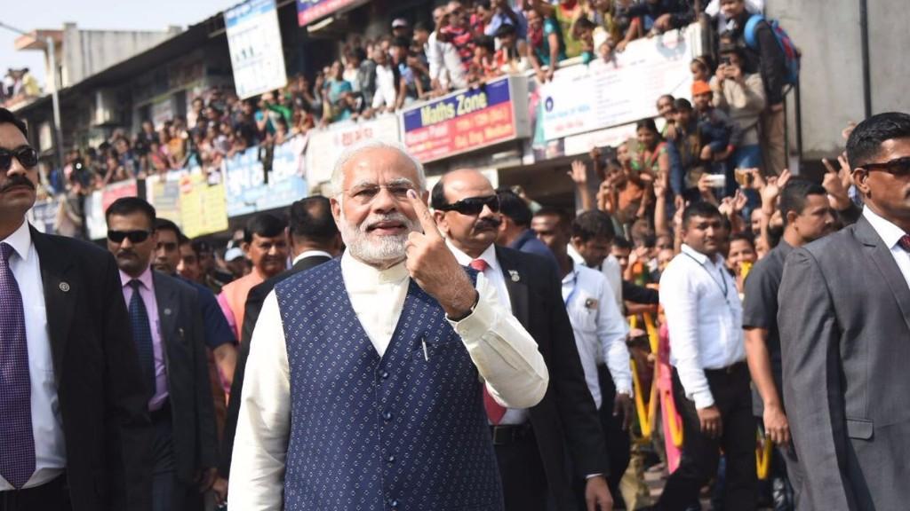 अहमदाबाद में राणिप स्थित मतदान केन्द्र पर मतदान करने के बाद सेल्फी खिंचवाते प्रधानमंत्री नरेन्द्र मोदी।
